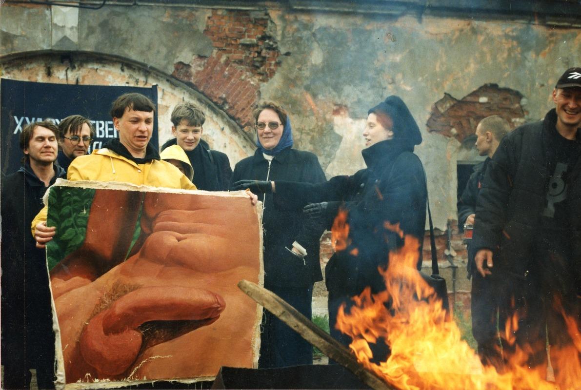 Акция «Сожжение сует», 23 мая 1998. В руках Андрея Хлобыстина работа Олега Маслова «Конец мира» (по мотивам Гюстава Курбе