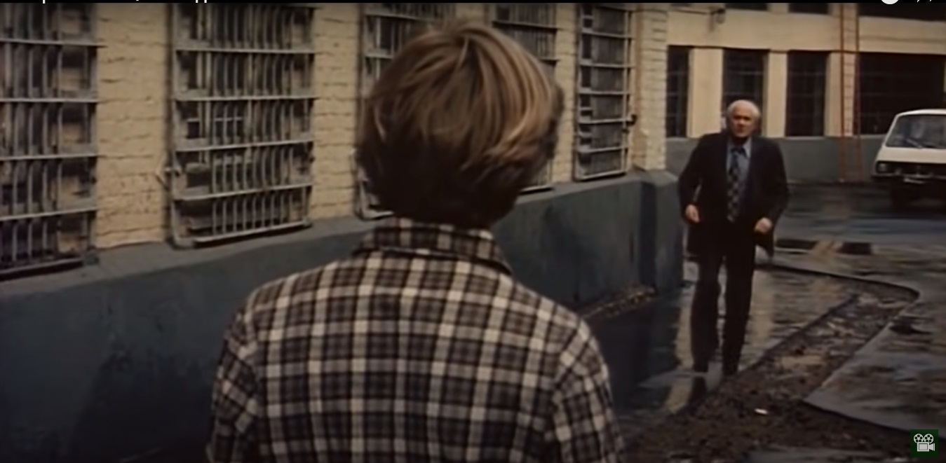 Ещё один уличный кадр: тут здорово чередуются клетки на рубашке, ромбы на галстуке, оконные рамы, решётки на окнах и на а