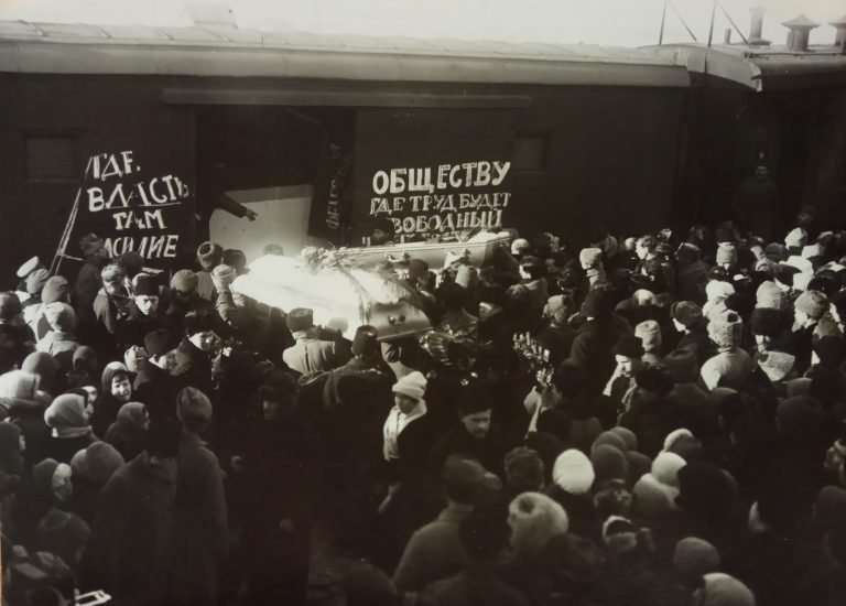 Установка гроба с телом П.А.Кропоткина в вагон для перевозки из гор. Дмитрова в Москву.Фотография из <a>виртуального муз