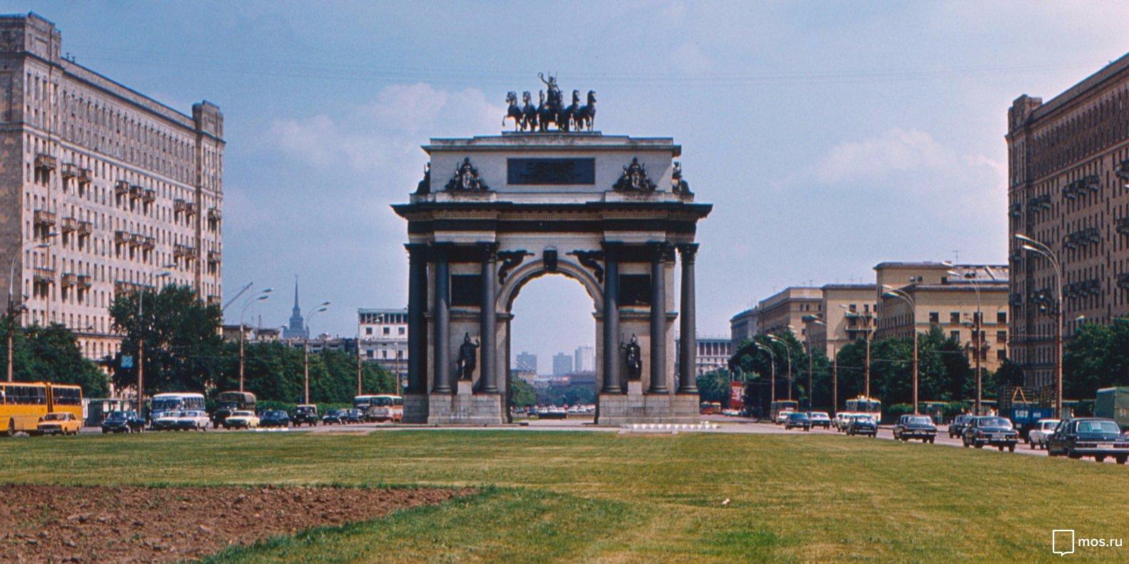 Триумфальная арка на Кутузовском проспекте. Автор И.С. Буров. Москва. 1984 год. Фото: Главное архивное управление города