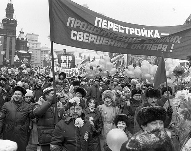 Праздничная демонстрация в честь 70-й годовщины Великого Октября на Красной площади. Фото: Василий Егоров, Валентин Собол