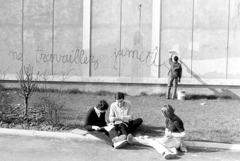 Граффити «Никогда не работай» на стене университета в Нантерре. Март 1968 года
