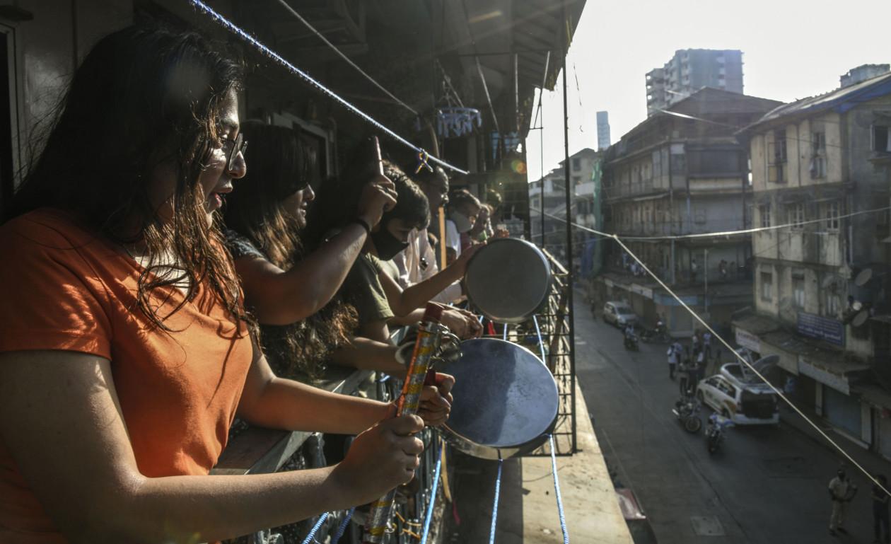 Женщины стучат в кастрюли и сковородки в знак поддержки работников экстренных служб, борющихся со вспышкой коронавируса ©