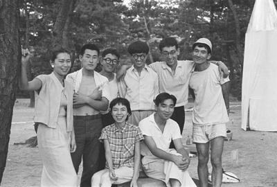 Фотография группы на выставке в парке города Асия. 1956 год. Courtesy:https://tinyurl.com/r5gfcv4