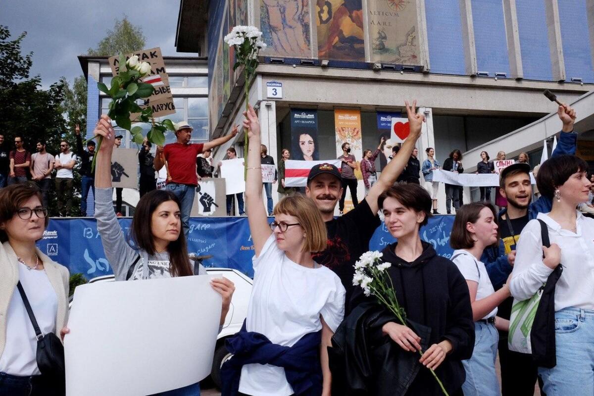 Работницы и работники культуры и изобразительного искусства Беларуси на забастовке 13 августа. Фото: Леся Пчелка.
