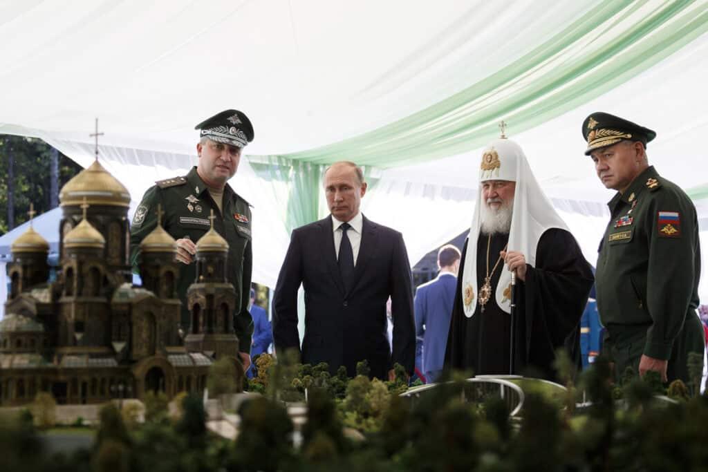 Путин, патриарх Кирилл и Шойгу перед макетом храма © patriot-expo.ru