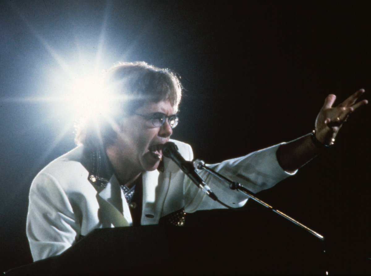 """Элтон Джон во время концертного турне в поддержку альбома """"The One"""", Осло, Норвегия, 1992-й год."""