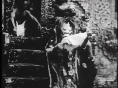 [05:13]Сразу после этого мы видим ведьму в ее сверхъестественном обличье у ворот храма. На нее нападает посланец короля,