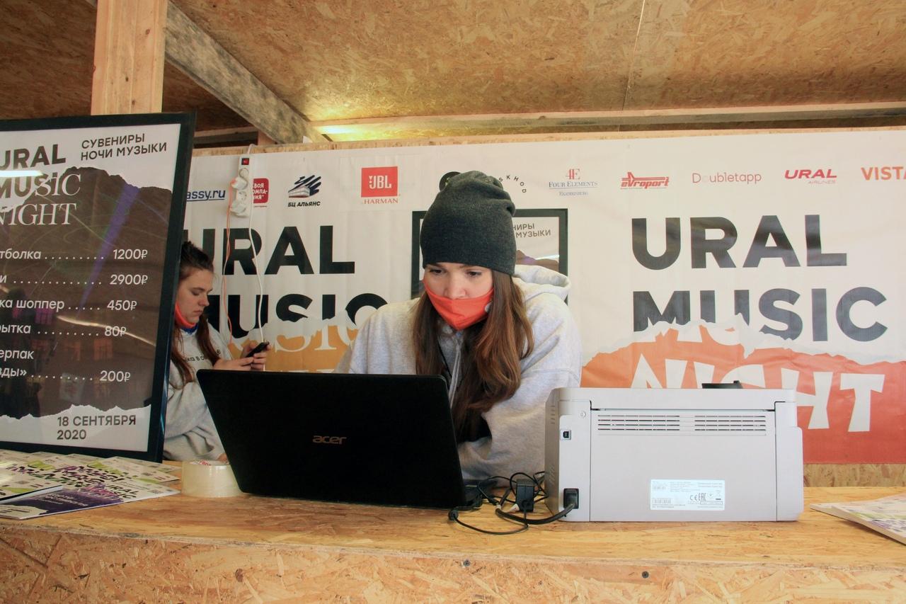 Даша Маликова, координатор волонтерского движения Ural Music Night, в оргцентре фестиваля 2020 года
