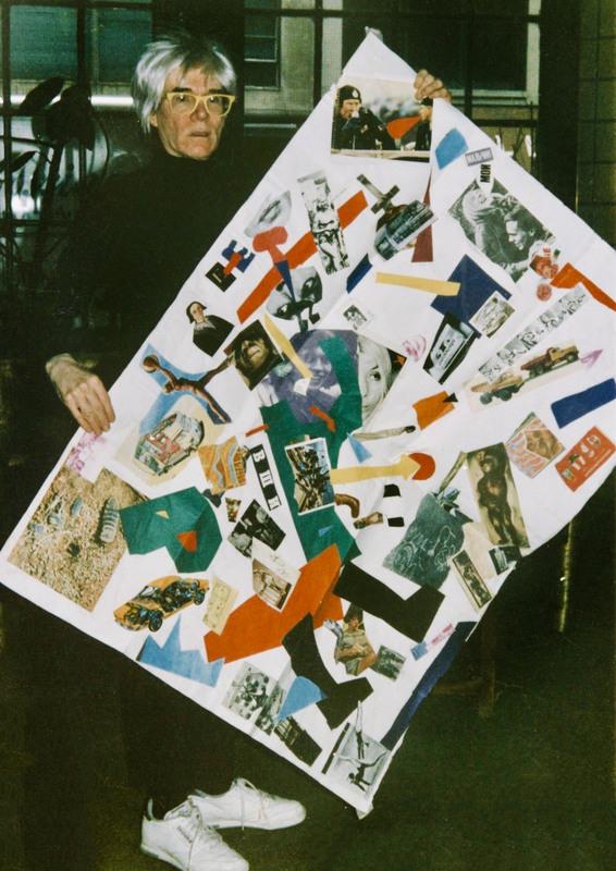 Энди Уорхол с коллажем Олега Котельникова на «Фабрике». Нью-Йорк, США, 1985. Фото: Джоанна Стингрей