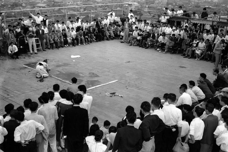 Жорж Матьё на крыше универмага «Даймару».1957 год. Источник: https://tinyurl.com/yylsf5et