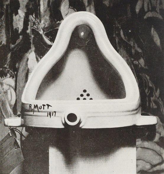 Фотография оригинала работы Марселя Дюшана, сделанная Альфредом Стиглицем; в качестве фона была выбрана картина Хартли Ма