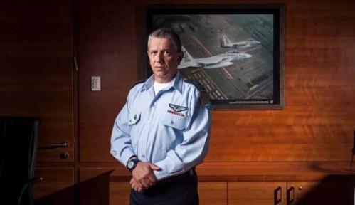 Командующий ВВС Израиля на фоне фото израильских самолетов, летающих над Освенцимом[