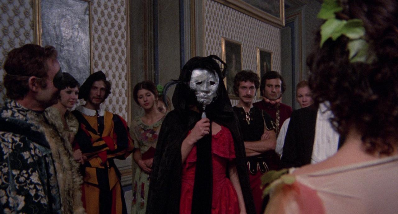 Карнавал по мотивам «Маски красной смерти» и «Призрака Оперы» в фильме «Смерть улыбается убийце»