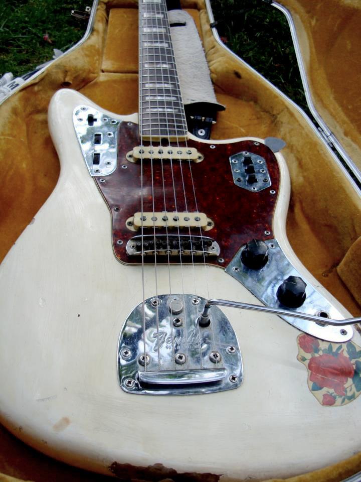 Fender Jaguar Хоуварда, прозванный им«Десперадо». Гарри Хоувард вспоминал, что Роуланд сначала играл на «ибанезе 2348»,