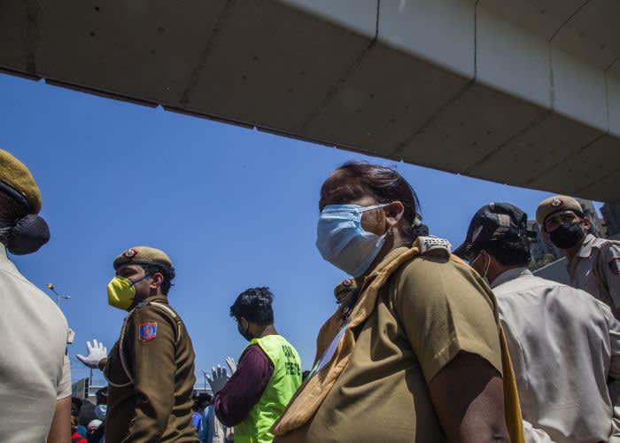 Трудовые мигранты в Дели ждут посадки в автобус © Getty Images
