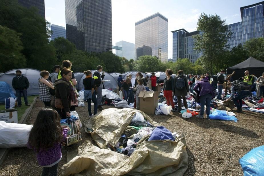 Парк Максимильен, где находят прибежище под открытым небом сотни бездомных мигрантов, находится в нескольких минутах ходь