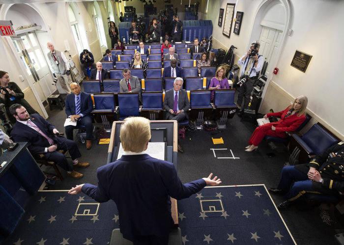 Дональд Трамп говорит о коронавирусе на брифинге в Белом доме 1 апреля, когда число заболевших в США достигло 200000.© A
