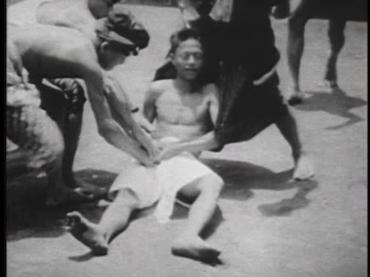 [13:31]Мужчину в состоянии транса уносят в сторону храма, его тело напряжено в ригидном каталепсическом состоянии. Друго