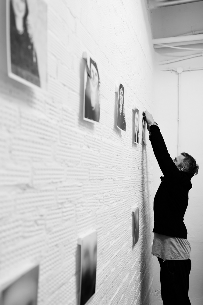 "Олег Матрохин на монтаже выставки ""Азбука гомеопатии"". 2017 год"
