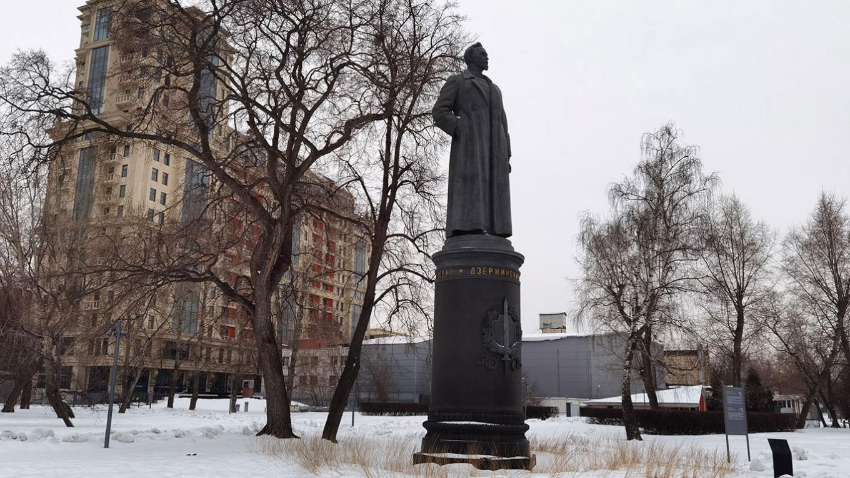 Дзержинский в парке искусств «Музеон», рядом - ЖК «Имперский дом», построенный в 2010 по проекту архитектора Михаила Бело