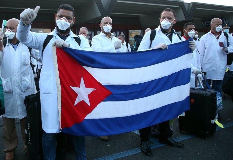 """Куба регулярно посылает своих врачей на помощь другим странам. Политологи называют это """"медицинской дипломатией""""."""