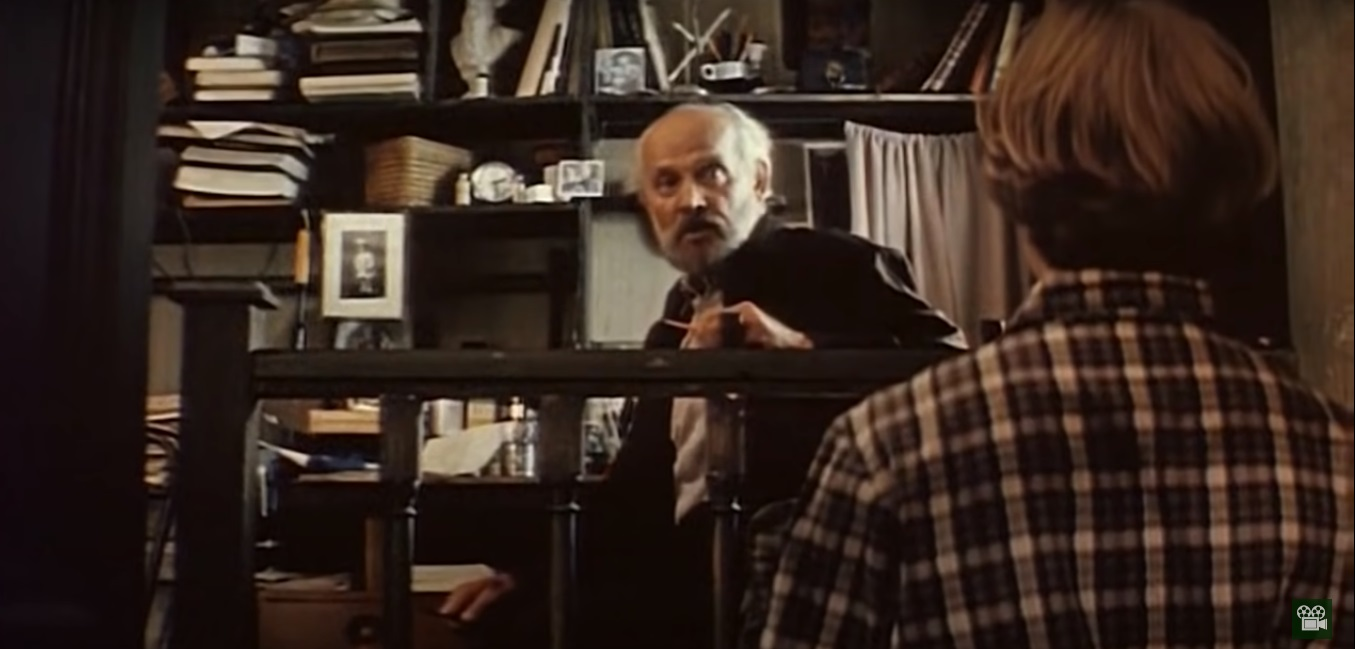 Вацлав Дворжецкий в роли учителя литературы. Весь в книгах