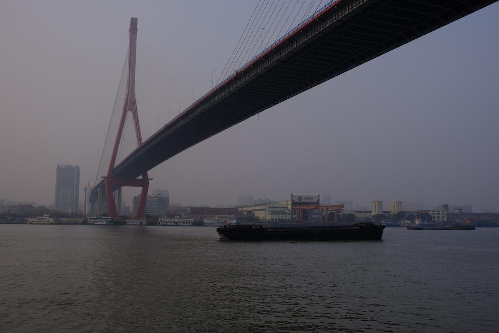 Туманы над рекой Хуанпу и мост, соединяющий шанхайские районы Пуси и Пудун. 21 января 2020 года. Фотография Никиты Линь