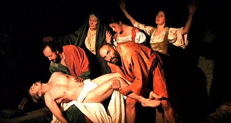 """Кадр из """"Караваджо"""" Джармена (1986 год): Фигуры на черном фоне."""