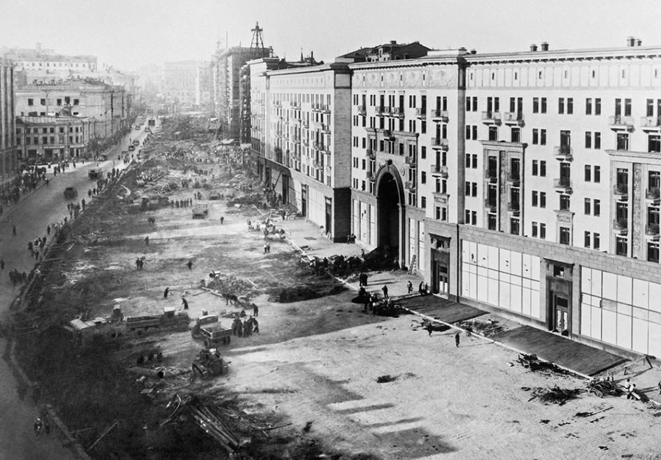 Реконструкция улицы Горького (бывшая Тверская), 1937 год (Фото: Наум Грановский / Фотохроника ТАСС)