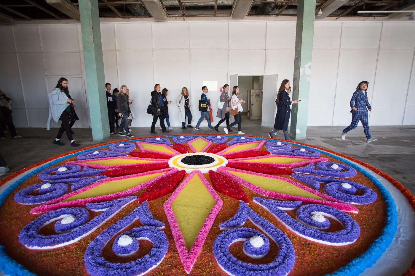 Джилл Маджид, Подношение (Цветочный ковер, из Кунстхалле в Санкт-Галлене) (Искусственные цветы, живые цветы, окрашенные о