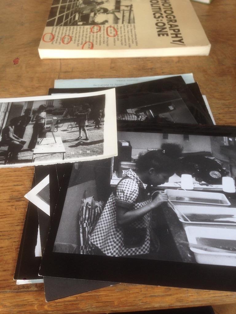 На фотографии представлены материалы личного архива Терри Деннета в MayDay Room, Лондон. Документация работы Деннета с ме