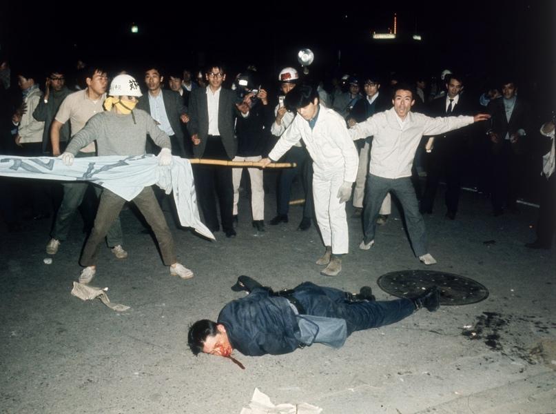 Раненый на демонстрации студент. Протест 18 июня 1960 года за возвращение Окинавы и отмены Договора о взаимном сотрудниче