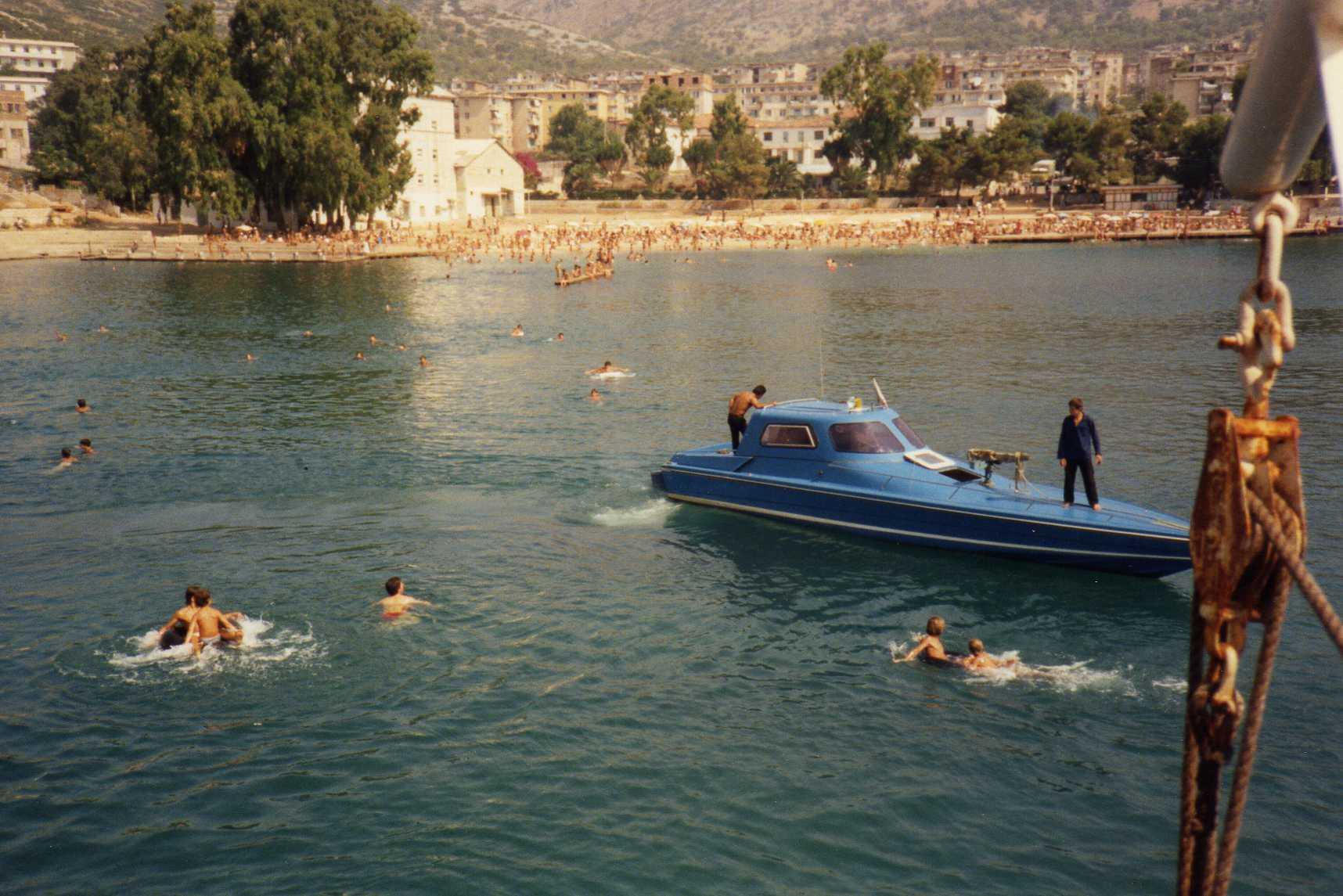 Катер тайной полиции Сигурими в Саранде, недалеко от границы с Грецией