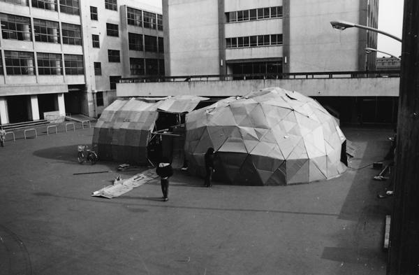 <i>Театр из картона — студенческий театр, в котором играл и ставил спектакли Цукамото, 1978</i>
