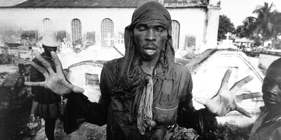 Гаитянин в трансе, 1972. Фото Л. Мау. Источник:http://www.deutschefotothek.de
