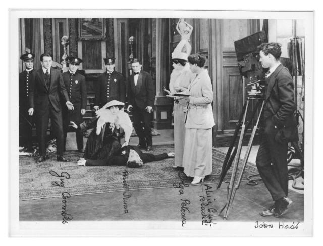 Алис Ги-Блаше (по центру справа) на съемках фильма «Моя Мадонна» (1915)