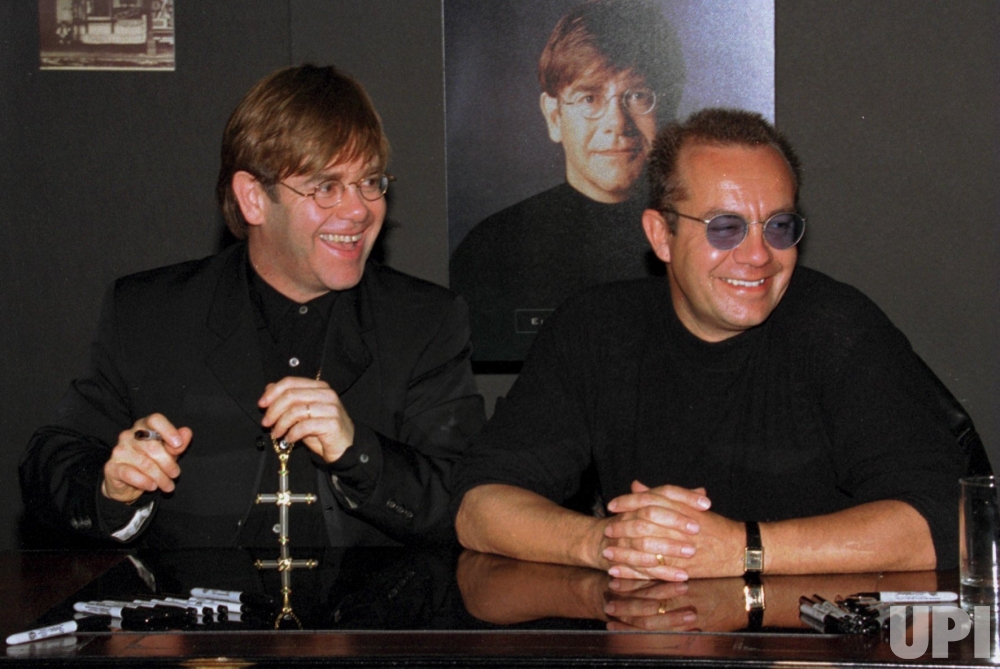 """""""Не кровные братья"""": Сэр Элтон Джон с поэтом-песенником и близким другом Берни Топином, 1995-й год."""