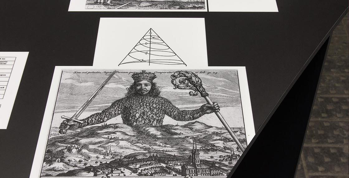 """«Парк """"Дистопия""""», фрагмент инсталляции (изображение фигуры суверена из иллюстраций к трактату Томаса Гоббса «Левиафан»)."""