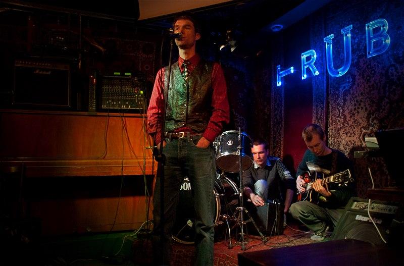 Михаил Немцев, Андрей Бессонов и Сергей Шуба на поэтическом вечере в баре «Труба», 2012