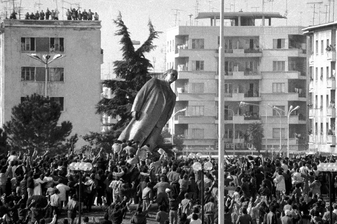 Снос статуи Э.Ходжи протестующими, 1991 год