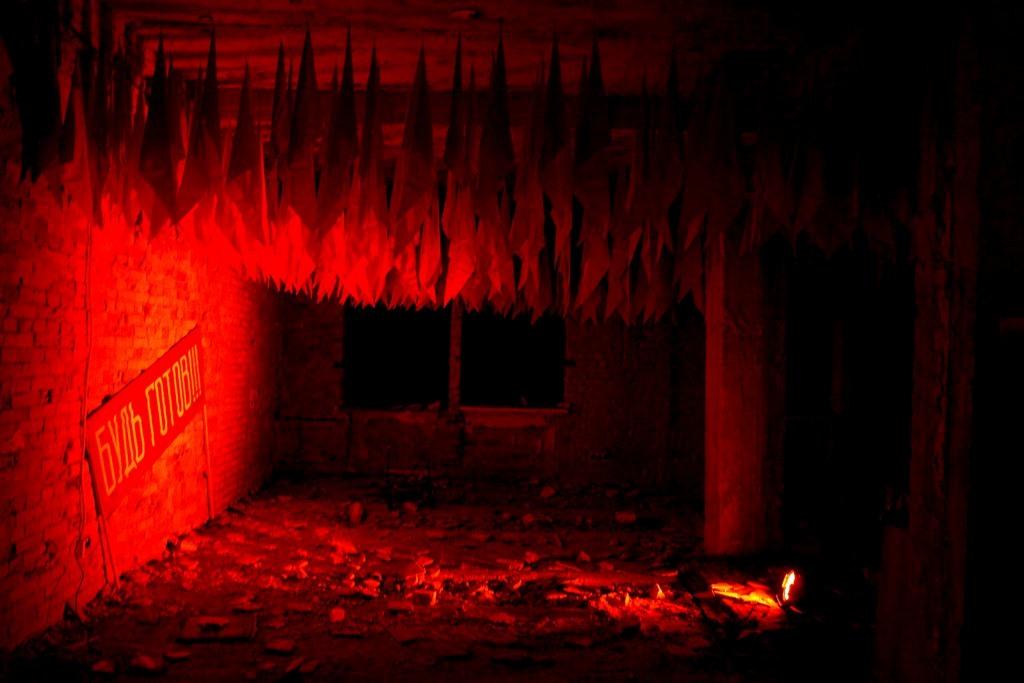 """Невероятная зона с 500 пионерскими галстуками """"Будь Готов"""" от Олега Харченко, напоминавшей о первомайской демонстрацией 1"""