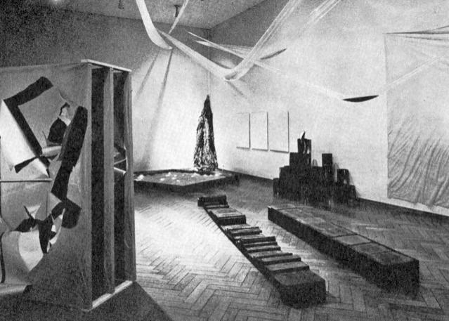 Работы Гутай на выставке в музее Стеделик. 1965. Фото: Хираи Ёити.