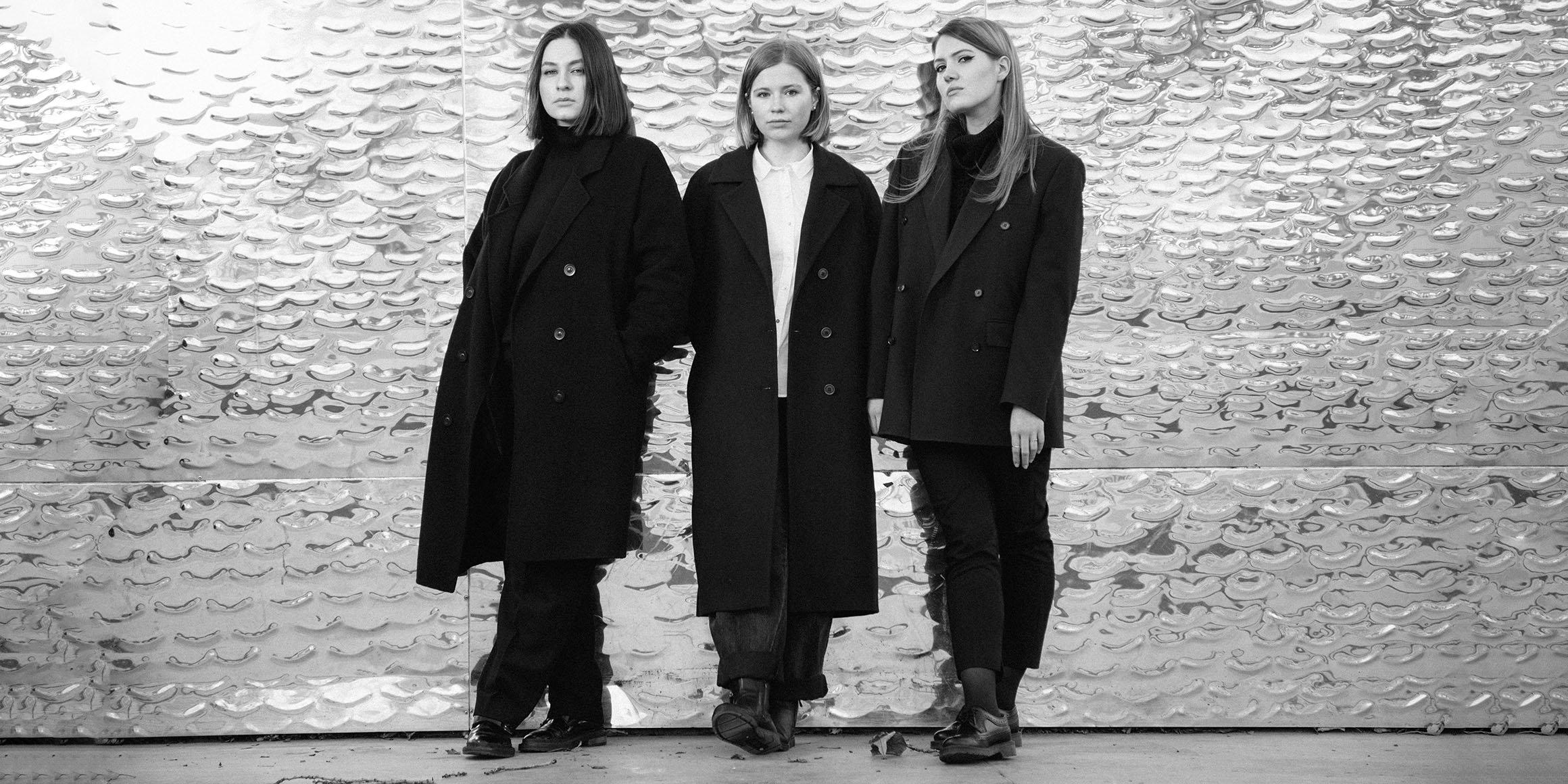 Настя Красильникова, Лана Узарашвили и Катерина Денисова (фото Никиты Прокофьева, журнал«Цех»)
