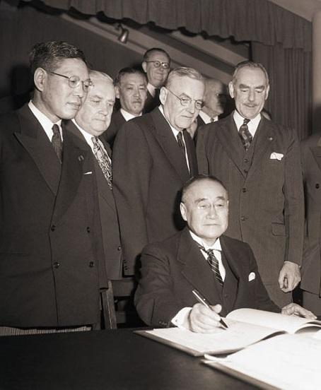 Подписание взаимного договора о безопасности. 1951 год. Courtesy:https://tinyurl.com/y6rlrhgn