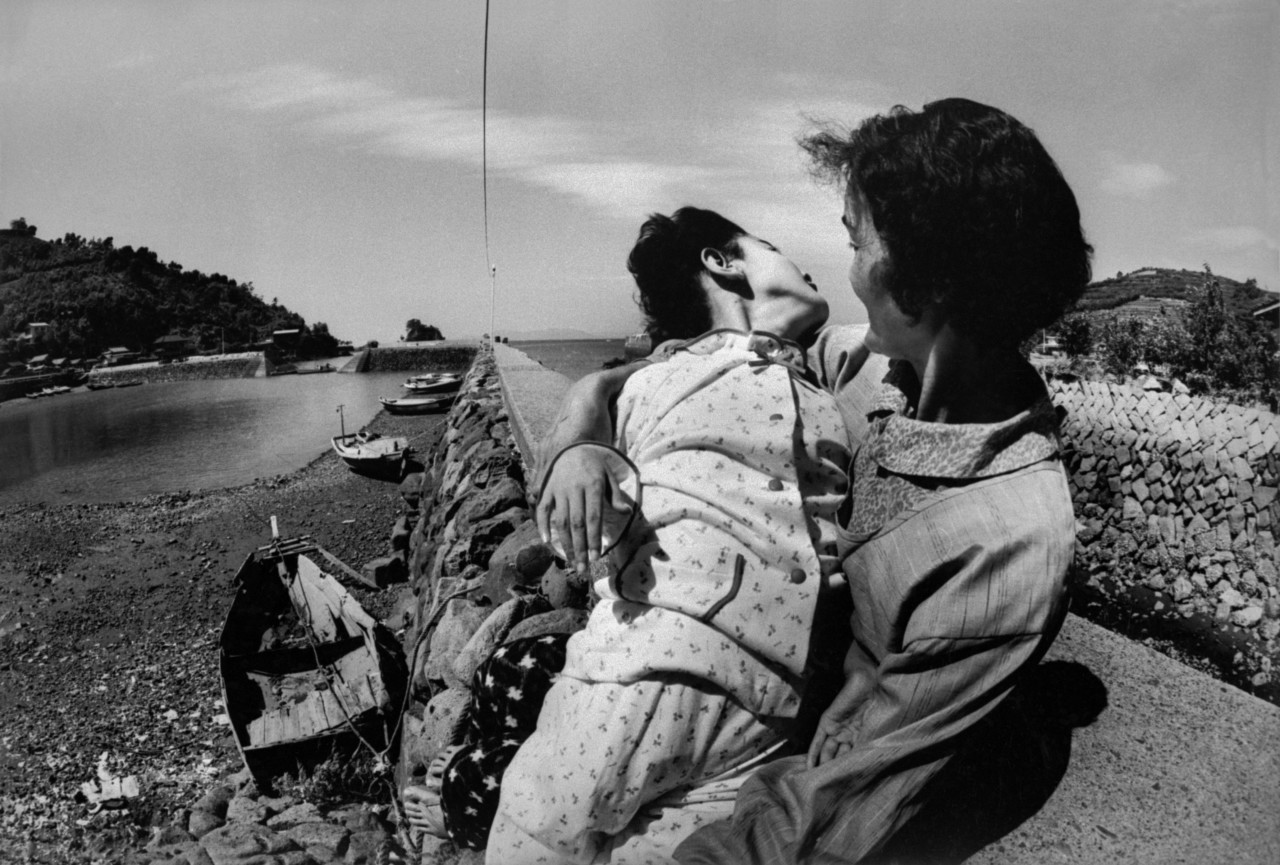 Мать с 12-летней дочерью Такако Исаяма с врожденной болезнью Минамата, 1971 г. © W. Eugene Smith   Magnum Photos