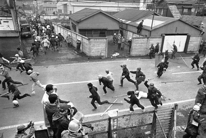 Локальные силовики преследуют левых студентов-демонстрантов возле токийского аэропорта 12 ноября 1967 года. Демонстрация