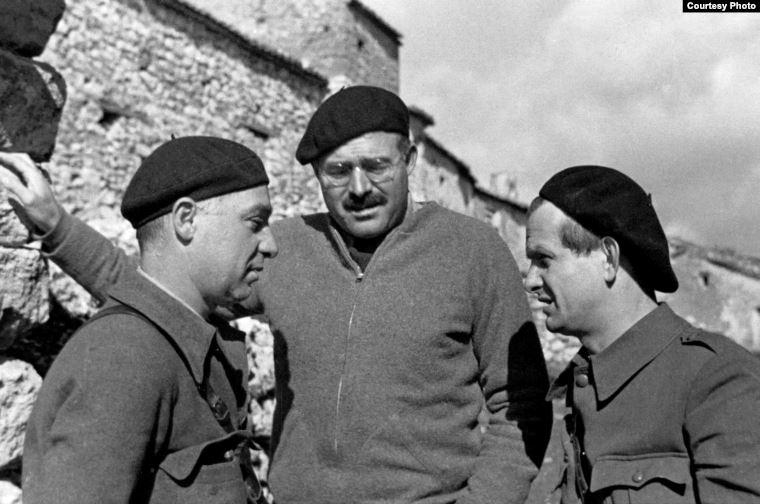 Хемингуэй, Илья Эренбург и немецкий писатель Густав Реглер в Испании. Около 1937