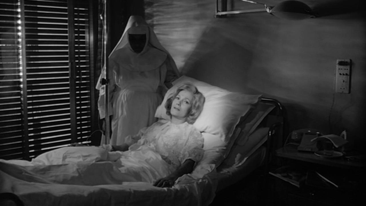 синьора Маттиоли (актриса Иза Миранда) - мать Стефано, на лечении сном в клинике Милана