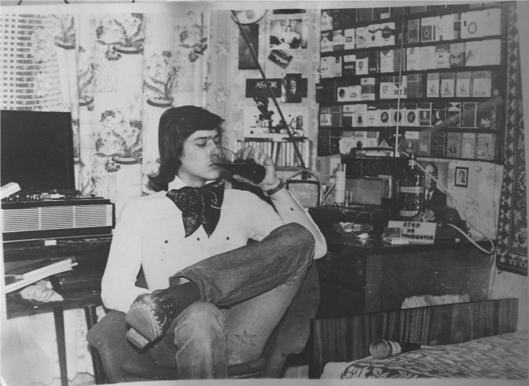 Комната советского подростка, город Владимир, 1981 г. Снимок является постановочным автопортретом хозяина комнаты, Андре